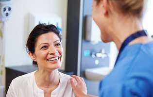 Urina colorată poate fi produsă de anumite alimente, medicamente sau poate indica o anumită afecțiune. Imagine cu pacientă la consultație medicală