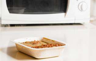 Nu mai încălzi mâncarea în recipientele de plastic! Iată ce ascund codurile de reciclare