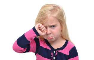 Ai un copil plângăcios? Iată cum îl dezveți de acest obicei