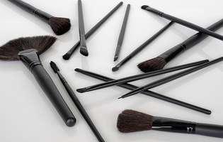 7 moduri să-ți cureți pensulele de machiaj fără chimicale