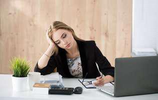 femeie nefericita la munca