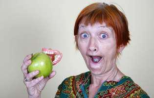 Trei din zece români nu mai au niciun dinte natural!