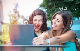 Femeile simulează adesea fericirea pe Facebook. Psihologul ne explică de ce