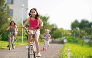 De la ce vârstă lași copilul să iasă singur la joacă sau pe stradă