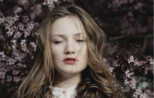 Absențele epileptice constituie o afecțiune manifestată printr-o suspendare a stării de conștiință de maxim 30 de secunde, care apare de obicei la copii. Imagine cu femeie care suferă de absențe epileptice
