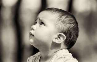Anchiloglosie - afecțiune prezentă la naștere ce reduce motilitatea limbii ca urmare a unei benzi de țesut dezvoltată anormal (frenulum lingual). Imagine cu copil care suferă de anchiloglosie (limba fixată)