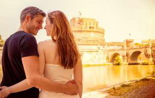 city break cu persoana iubită la Roma. Cuplu romantic la castelul Sant'Angelo