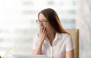 femeie obosită la birou