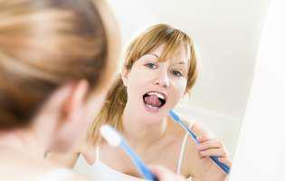 Nu strică niciodată să-ți analizezi gura atunci când te speli pe dinți