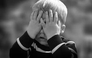 Sindromul Angelman reprezintă o afecțiune genetică rară care conduce la întârzieri în dezvoltare, tulburări neurologice și, uneori, crize epileptice. Imagine cu copil care suferă de sindromul Angelman