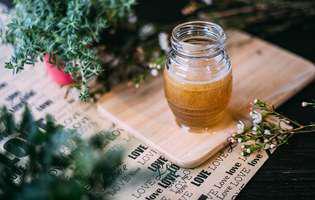 Spală-ți tenul cu miere naturală. Folosește această rețetă de demachiant cu miere