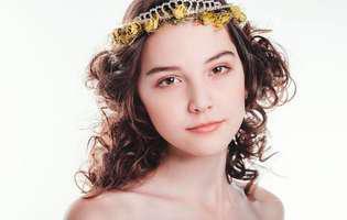"""O adolescentă de 14 ani, care lucra ca model, a murit din cauza epuizării chiar înainte să urce pe podium: """"Mami, sunt atât de obosită. Tot ce îmi doresc este să dorm"""""""