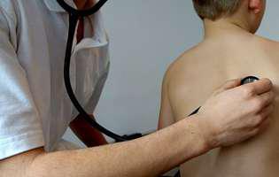 Tusea convulsivă (pertussis) este o afecțiune a tractului respirator extrem de contagioasă, manifestată prin tuse severă. Imagine cu control medical în vederea stabilirii diagnosticului
