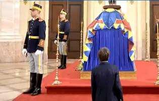 baiat ingenuncheat la catafalcul regelui Mihai