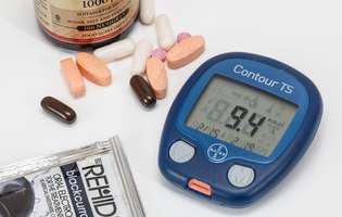 Mononeuropatie - o complicație generată dediabetcare afectează un nerv anume (ca urmare a hiperglicemiei), simptomele depinzând de care nerv este lezat. Imagine cu test de glicemie