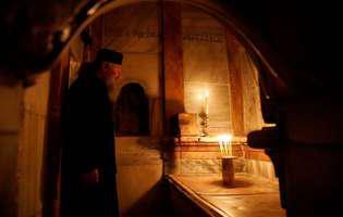 Pelerinii se pot reculege la Mormântul Sfânt doar pentru câteva secunde. Așteptarea durează ore