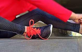 Tendinita patelară este o leziune a tendonului care conectează rotula și tibia care apare la atleți care practică sporturi ce implică alergatul sau săritul. Imagine cu sportiv care suferă de această afecțiune