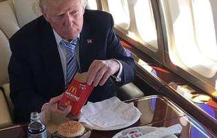 Trump manâncâ de la fast food