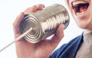Dizartrie - afecțiune care se manifestă prin faptul că mușchii utilizați pentru vorbire sunt slăbiți sau persoana afectată nu reușește să controleze activitatea acestora. Imagine cu persoană care suferă de această afecțiune și care face exerciții de logopedie