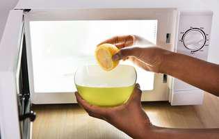 soluții simple să cureți cuptorul cu microunde