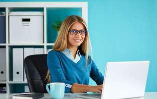 Cum previi sau tratezi durerea de spate cauzată de statul prea mult la birou