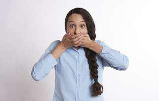 Glosodinia secundară este o afecțiune care se referă la senzația de arsură în gură cronică sau recurentă care poate afecta limba, gingiile, buzele cauzată de o altă afecțiune, medicație etc. Imagine cu persoană care suferă de această afecțiune