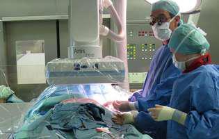 Torsiunea testiculară reprezintă o afecțiune în care unul dintre testicule se rotește, astfel încât se produce rotirea cordonului care aduce sângele spre scrot. Imagine cu intervenție chirurgicală pentru tratarea acestei afecțiuni