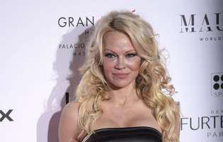 Pamela Anderson a fost convinsa de mama sa pozeze goala