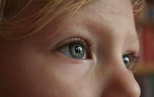 Convulsiile petit mal sau convulsiile de tip absență se referă la contracții anormale, involuntare ale mușchilor ca urmare a unor modificări în activitatea electrică a creierului. Se produc la nivelul întregului creier și apar de obicei la copii. Imagine cu copil care suferă de această afecțiune