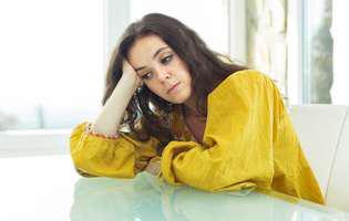 Când tocmai ai aflat că ai fost înșelată, treci printr-o furtună de emoții. Femeie tristă cu bluză galbenă