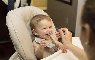 Cum să încurajezi copilul să mănânce singur