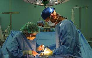 Fistula ureterovaginală reprezintă o fistulă sau o conexiune anormală între vezica urinară și uretere (tuburi prin care circulă urina de la rinichi la vezica urinară), conținutul din vezica urinară putând ajunge în vagin. Imagine cu intervenție chirurgicală pentru această afecțiune