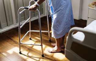 Sindromul persoanei înțepenite este o afecțiune foarte rară care se manifestă prin redoare sau rigiditate musculară progresivă, severă, mai ales la nivelul coloanei vertebrale și a membrelor inferioare. Imagine cu persoană care suferă de această afecțiune