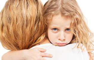 Copilul este trist… Ce e de făcut pentru a-l înveseli. Fetiță tristă în brațele mamei