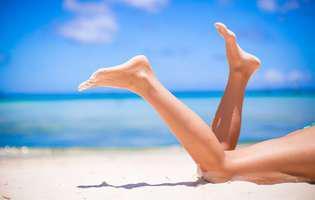 Cum să ai picioare perfecte în concediu. Masează-ți zilnic picioarele. Picioare de femeie pe plajă