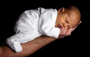 Când poate bebelușul să doarmă pe burtă și care sunt riscurile