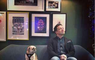 Jamie Oliver isi spioneaza copii