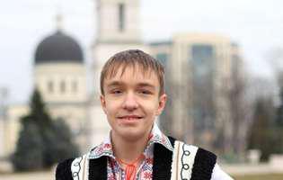 Nicușor Untilă, micul artist orb, are nevoie de ajutorul nostru pentru a trăi! Nicușor Untilă în costum național