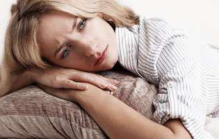 Pierderea sarcinii – cele mai comune cauze ale avortului spontan şi simptomele asociate. Femeie blondă și frumoasă este tristă