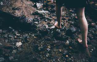 Strongyloidiază -boală infecțioasă produsă de o specie de viermi inelați sau nematode numită Strongyloides care pătrund în corp prin pielea expusă, de exemplu atunci când pășim pe pământ în picioarele goale. Imagine cu persoană care merge pe jos desculță