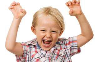 Ce poți face pentru a ajuta copilul hiperactiv. Copil blonda care țipă cu mâinile ridicate