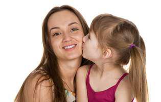 Cele 4 stiluri de ataşament: Stilul de atașament sigur. Mamă și fiică se îmbrățișează