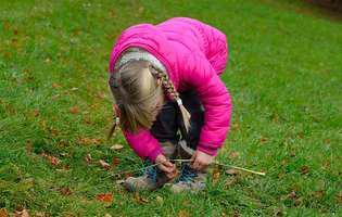 Cum înveți copilul să-și lege singur șireturile la încălțăminte