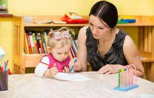 Cum să crești un copil care reușește în viață: oferă-i conștiința unei datorii de îndeplinit. Mamă și copil fac lecții într-o grădiniță Montessori