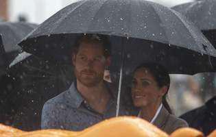 Meghan i-a tinut umbrela printului Harry in timpul unui discurs