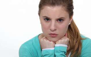 Supărarea și frustrarea sunt artificiale. Poți scăpa de ele prin perseverență. Fată blondă supărată