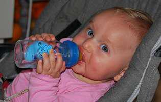 Când pot bea apă bebelușii? Iată și de ce cantitate de apă are nevoie