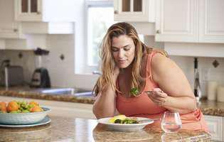Trucuri alimentare care te ajută să nu mai mănânci mult