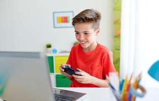 Adicția de pc și de jocuri online la copii. Semne că e dependent. Copil care se joacă pasionat un joc online