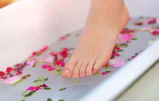 Cele mai bune terapii pentru afecțiunile sezonului rece: baia de picioare Kneipp